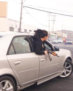 ยังกับในหนัง! ภาพระทึกหญิงสาวควงปืนอาก้าโผล่นอกหน้าต่างรถระหว่างซิ่งกลางเมืองสหรัฐฯ