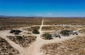 สภาพของที่พักคนไร้บ้านแห่งหนึ่ง บริเวณตอนเหนือของเทศมณฑลลอสแองเจลิส รัฐแคลิฟอร์เนีย สหรัฐอเมริกา วันที่ 4 สิงหาคม 2021 ขณะเกิดคลื่นความร้อนซึ่งทำให้อุณหภูมิสูงปรี๊ด