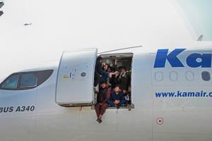 (ชมคลิป)  เหมือนครั้ง 'ไซ่ง่อนแตก'!! คนอัฟกันกรูกันเกาะเครื่องบินที่คาบูล พยายามดิ้นรนหาทางออกนอกประเทศ