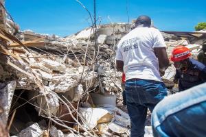 ยอดตายแผ่นดินไหวในเฮติพุ่ง 1,400 ศพ ชาวบ้านผวาหนักพายุจ่อถล่มซ้ำ