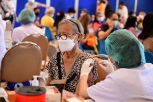 กรมควบคุมโรค ชวนประชาชนป้องกันตนเองสูงสุด แนะบุตรหลานพาผู้สูงอายุไปรับวัคซีนโควิด-19