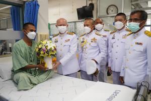 ในหลวง โปรดเกล้าฯ ให้ผู้ว่าฯยะลา เชิญดอกไม้ตะกร้าสิ่งของพระราชทานไปมอบแก่พลทหารที่ได้รับบาดเจ็บ