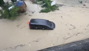 เผยวินาทีระทึก! รถป้ายแดงถูกกระแสน้ำพัด หลังฝนตกหนักพัทยา โชคดีคนในรถปลอดภัย (ชมคลิป)