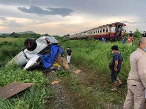รถไฟขบวนกรุงเทพฯ-หนองคาย ชนกระบะกระเด็นตกข้างทางแก่งคอย คนขับเสียชีวิตคาซาก