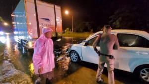 หนุ่ม ปภ.ชำนาญงานควบเก๋งฝ่าฝนชนท้ายรถไปรษณีย์ไทยเจ็บสาหัส