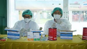 """ราชวิทยาลัยจุฬาภรณ์ ลงพื้นที่อยุธยาฉีดวัคซีนตัวเลือก """"ซิโนฟาร์ม"""" วัคซีนพระราชทาน"""