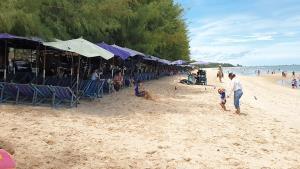 หาดชะอำคึกคัก! หลังประกาศคลายล็อก นักท่องเที่ยวแห่เล่นน้ำทะเล