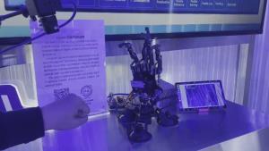 """(ชมคลิป) """"ไป่ตู้"""" สร้างหุ่นยนต์มืออัจฉริยะ เป่ายิงฉุบชนะมนุษย์ทุกครั้ง"""