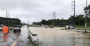 ฝนหนัก จ.ตราด ทำถนนหลายสายถูกน้ำท่วม ด้านเกาะช้าง-เกาะกูดเตือนนักท่องเที่ยวงดเล่นน้ำ