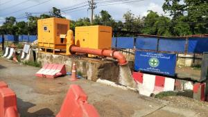 รฟม.สั่งรับเหมาสายสีเหลืองติดเครื่องสูบน้ำเพิ่ม 12 ตัว เร่งระบายน้ำแนวถนนศรีนครินทร์