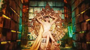 ลิซ่า สวมชฎา นุ่งชุดผ้าไหมไทย นั่งบนบัลลังก์ทองใน MV เพลง  LALISA