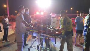 กระบะอัดก๊อบปี้ท้ายรถพ่วง 18 ล้อ คนขับสาหัสหามส่ง รพ.