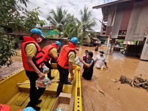 """ตร.กำชับทุกหน่วยปูพรมช่วยผู้ประสบอุทกภัยพายุ """"โกนเซิน"""""""