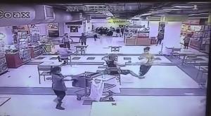 เผยคลิปพลเมืองดีใช้ขาสกัด นร.หญิงปล้นทองกลางห้างจนล้ม เหตุจากเบิกเงินประกันพ่อเล่นแชร์ออนไลน์แต่โดนโกง