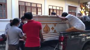 """ครอบครัวจัดรดน้ำศพ """"ทมยันตี"""" เป็นส่วนตัวในที่พำนัก-บรรจุร่างใส่โลงตั้งสวดที่วัด 2 คืนก่อนนำเข้ากรุงเทพฯ"""