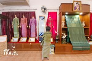 ผ้าไหมยกดอกที่นำมาตัดเย็บเป็นชุดไทย