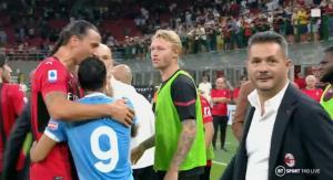 เปโดร (เบอร์ 9) ผู้เล่น ลาซิโอ เข้ามาเคลียร์กับ ซลาตัน ด้วยสีหน้ายิ้มแย้ม