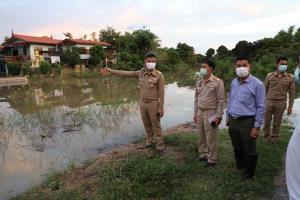 น้ำท่วมบ้านเรือนประชาชน 2 หมู่บ้านใน อ.ผักไห่ อยุธยาแล้ว หลังน้ำเพิ่มขึ้นค่อนข้างเร็ว