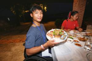 """ทัพฮีโร่พาราไทยอิ่มหนำสำราญ รับประทานอาหารทะเลสุดชิล ริมชายหาด """"ภูเก็ต-แซนด์บ็อกซ์"""""""