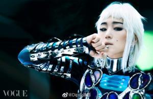 ก่งลี่ใส่เครื่องประดับเงินสุดล้ำ ที่มา: Weibo
