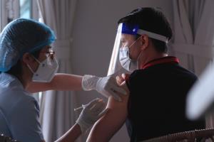 เวียดนามเร่งสร้างภูมิคุ้มกันโควิด 'กรุงฮานอย' ระดมฉีดวัคซีนตลอดคืนก่อนคลายล็อกดาวน์