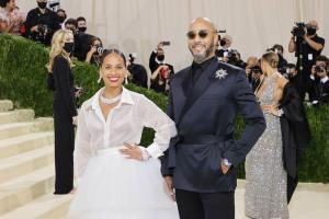 """ลุคอลังการของ """"Alicia Keys"""" ประโคมเครื่องเพชรและนาฬิกาจาก Van Cleef & Arpels ในงาน Met Gala ที่นิวยอร์ก"""