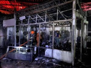 เผาวอดศูนย์ซ่อมรถมิตซูฯ ย่านรัตนาธิเบศร์ เสียหายนับล้านบาท