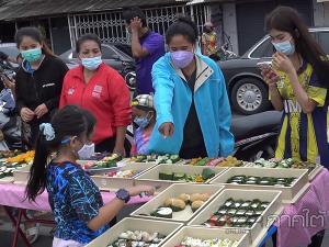 ร้านเบเกอรีขนมไทยสงขลาปรับตัวยุคโควิด-19 นำใส่กระทงมาขายริมถนนในราคาเพียง 10 บาท