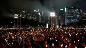 ผู้คนหลายพันคนเข้าร่วมในการจุดเทียนเพื่อรำลึกถึงวันครบรอบ 30 ปีของการปราบปรามขบวนการเรียกร้องประชาธิปไตยที่จัตุรัสเทียนอันเหมินของปักกิ่งในปี 1989 ที่สวนวิกตอเรียในฮ่องกง ประเทศจีน 4 มิถุนายน 2019 (ภาพรอยเตอร์ส)