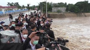 """""""ลุงตู่"""" ลงพื้นที่ตรวจสถานการณ์น้ำเขื่อนเจ้าพระยา สั่งหน่วยงานบูรณาการเฝ้าระวัง 24 ชม."""
