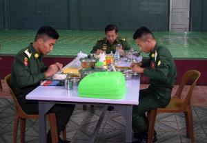 พล.อ.อาวุโส มินอ่องหล่าย รับประทานอาหารกลางวันกับเหล่านักเรียนนายร้อย