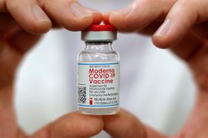 """""""วัคซีนโมเดอร์นา"""" ล็อตแรกถึงไทยกลาง ต.ค.นี้ อภ.ทยอยส่งสัปดาห์ละ 3 แสนกว่าโดส ยันตามลำดับสั่งซื้อ คาดจบดีลไม่เกิน มี.ค. 65"""