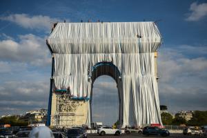 """ศิลปะห่อหุ้ม """"ประตูชัยฝรั่งเศส"""" โปรเจคศิลปะระดับโลก"""