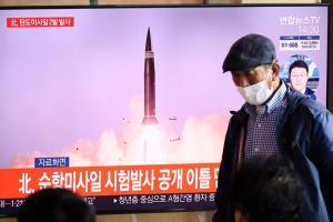 ภาพถ่ายจากรายการข่าวของโทรทัศน์เกาหลีใต้ ซึ่งนำเอาวิดีโอของเกาหลีเหนือมาออกอากาศ โดยระบุว่าเป็นการทดสอบยิงขีปนาวุธทิ้งตัว  ทั้งนี้ในคราวนี้โสมแดงยิงขีปนาวุธแบบนี้รวม 2 ลูกและตกลงในทะเล ซึ่งล่าสุดญี่ปุ่นระบุว่าตกในเขตเศรษฐกิจจำเพาะของตน