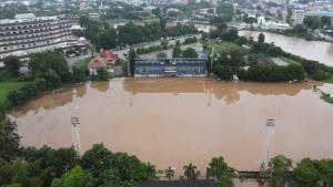ฝนตกต่อเนื่องทำน้ำเลยเอ่อท่วมบ้านริมตลิ่ง ล่าสุดสนามฟุตบอลกลายเป็นสระว่ายน้ำ