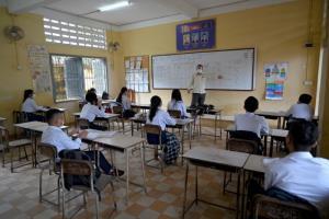 นักเรียนมัธยมในกัมพูชาเฮได้เข้าห้องเรียนกันอีกครั้ง หลังหยุดหนีโควิดนาน 7 เดือน