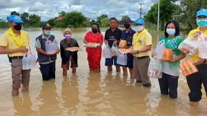 ทำดีต้องชม! ตร.จิตอาสา สภ.บ้านทัพไทยลุยน้ำนำสิ่งของแจกชาวบ้านเดือดร้อนจากน้ำท่วม