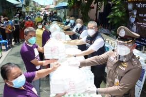 สตม. มอบอาหารกล่องพร้อมน้ำดื่มให้ชุมชนบ้านมั่นคงสวนพลู