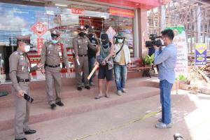 คุมตัวโจรบุกเดี่ยวควงอีโต้ทำแผนรับสารภาพจี้ร้านสะดวกซื้อ-ร้านทอง