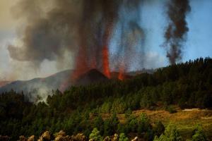 """ชมภาพสด: """"ภูเขาไฟเกาะคานารี"""" ของสเปนนอกฝั่งแอฟริการะเบิด บ้านเรือน 100 หลังถูกทำลาย ลาวาร้อนไหลออกทะเล"""