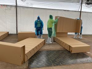 ผู้ว่าฯ ยะลาสั่งปิด 4 ชุมชนในเบตง ด้าน ตร.จิตอาสาเร่งประกอบเตียงกระดาษรองรับผู้ติดเชื้อโควิด-19