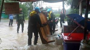 กกล.บูรพา ส่งหน่วยงานทหารในสังกัดเฝ้าระวังระดับน้ำ-ช่วยชาวบ้านขนย้ายสิ่งของรับมือน้ำท่วม