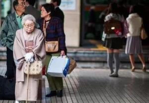 """โควิดสะท้อน """"คนแก่เต็มประเทศ"""" ฉุดญี่ปุ่นไร้แรงฟื้น"""