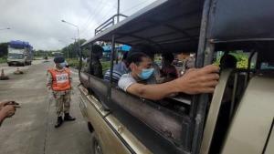 จับคาด่านในแม่สอด หนุ่มใหญ่ขับเบนซ์ลอบขนต่างด้าว โป๊ะแตกให้สวมชุดตำรวจแต่พูดไทยไม่ได้ ค้นรถเจอชุดทหาร-เครื่องหมายราชการเพียบ