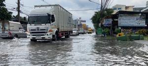 ฝนหนัก 3 ชม.เขตตัวเมืองชลบุรีทำถนนหลังนิคมฯ อมตะซิตี้ถูกน้ำท่วมสูงรถสัญจรลำบาก