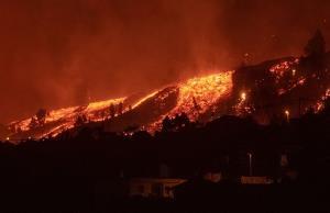 ภาพสุดสะพรึง!ลาวาภูเขาไฟไหลทะลักกลืนหมู่บ้านบนเกาะสเปน ทำลายทุกอย่างที่ขวางหน้า(ชมคลิป)