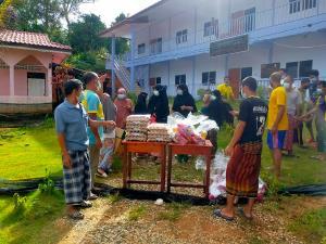เจ้าอาวาดวัดเมืองยะลา-ส.ว.ส่งอาหารและยาซับน้ำตาชาวบ้านบนเขาผ่านสื่อมวลชน จ.ยะลา