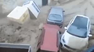 น่ากลัว!กระแสน้ำสีโคลนซัดถล่มเมืองสเปน ลากรถยนต์ลอยไปตามสายน้ำ(ชมคลิป)