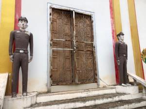 แปลก! วัดที่หนองคายตั้งรูปปั้นตำรวจ-ทหารยืนเฝ้าหน้าโบสถ์