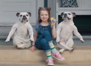 """โฆษณา """"Dog Sandwich"""" แครกเกอร์สอดไส้เนยพีนัทบัตเตอร์ของ Lance ขนมแบรนด์ดังในสหรัฐอเมริกา ซึ่งได้เสียงตอบรับล้นหลาม เพราะความน่าเอ็นดูของสองน้อนหมาแสนฉลาด โฆษณา 15 วินาที เปิดตัวด้วยเด็กหญิงนั่งที่บันไดขึ้นชานเรือน มีน้อนหน้าตาซื่อๆ เอ๋อๆ นั่งขนาบซ้าย-ขวา เด็กหญิงผู้สะสวยพูดกับกล้องว่า """"พีนัทบัตเตอร์แท้ของแลนซ์ที่ทาไว้ระหว่างแครกเกอร์คือของอร่อยที่สุด"""" กล่าวเสร็จแล้ว สาวน้อยก็ยกขาขวาขึ้นไขว้ทับขาซ้ายในลีลาเก๋ไก๋ โดยมีเจ้าแสนรู้ทำท่าตามไปพร้อมกันน่ารักน่าเอ็นดูเป็นที่สุด"""